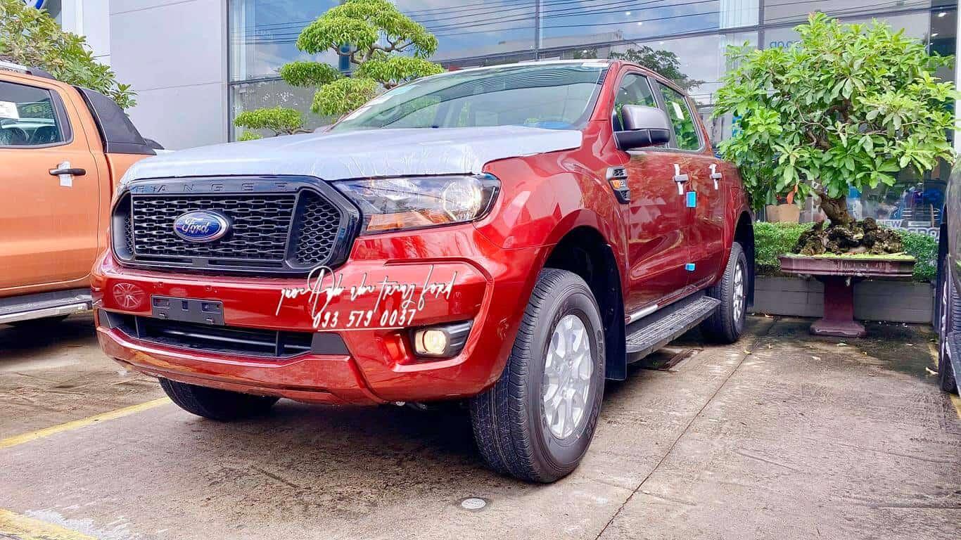 Ford Ranger XLS AT màu đỏ