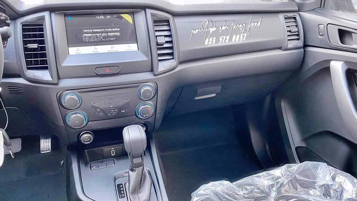 Nội thất xe bán tải Ford Ranger XLS AT 2021